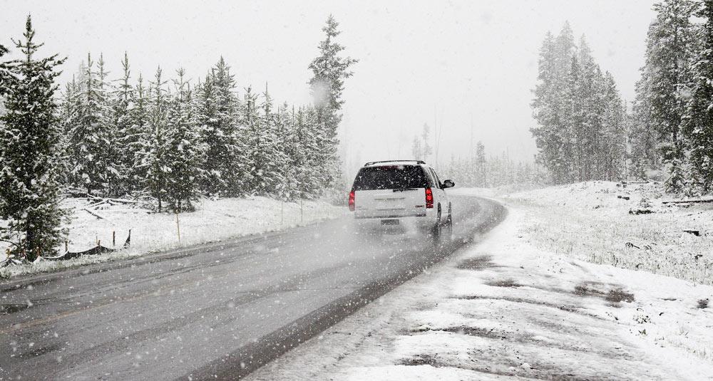 sneg auto zima