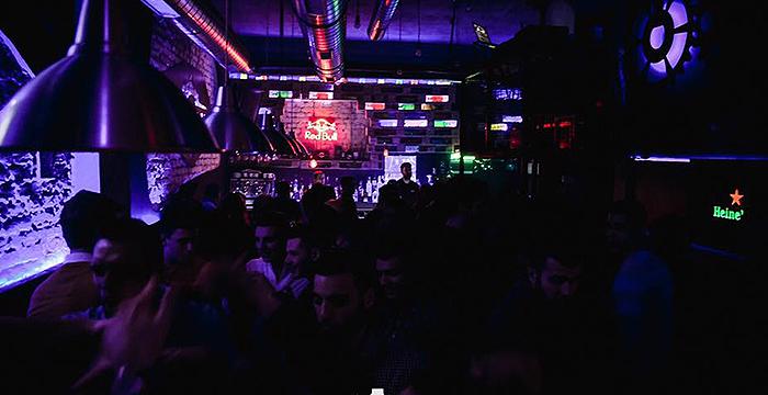 Petak veče u Industrija baru