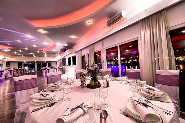 Uživajte u spektakularnom Dočeku Nove Godine na Splav Restoranu Karibi