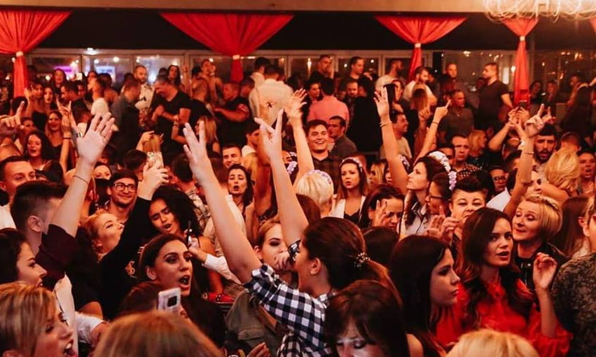 Splav Na Vodi Kafana - sjajno mesto za žurke uz najbolje pevače narodne muzike
