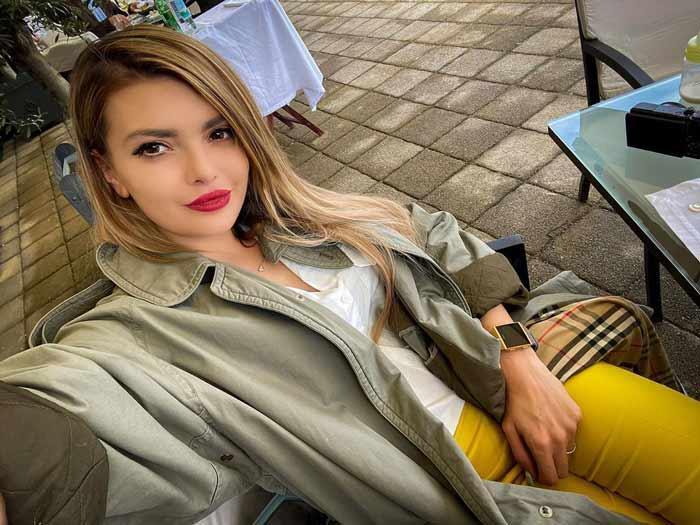 Ela Dvornik - Biografija
