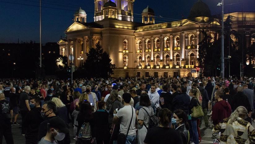 Masovno okupljanje gradjana ispred Skupštine